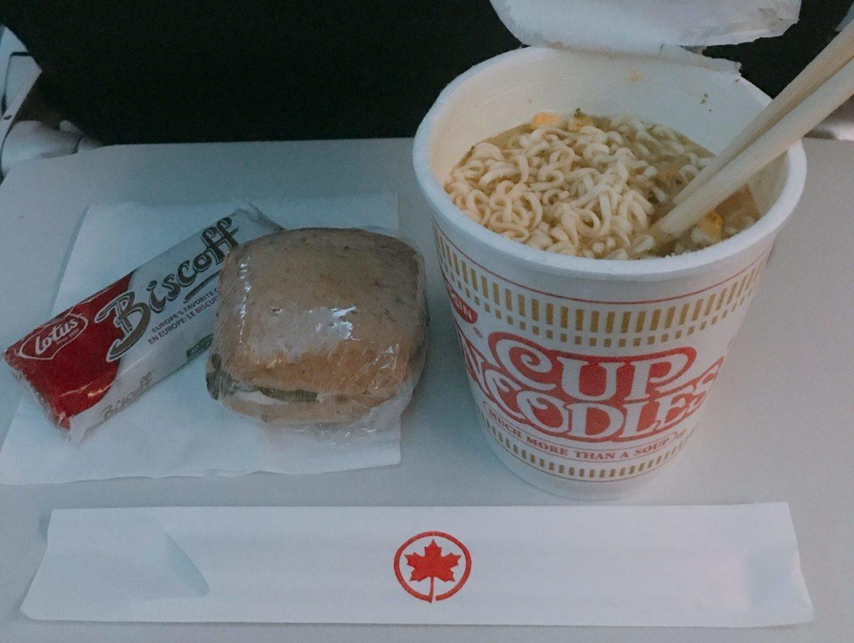 エアカナダの機内食のカップラーメンとサンドイッチ