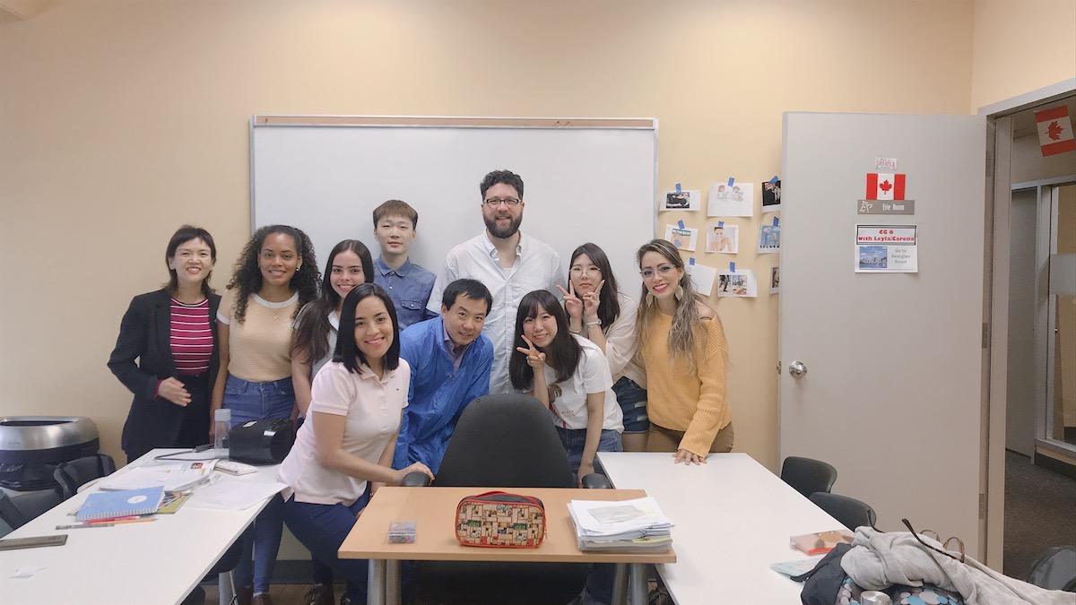 カナダ・トロントの語学学校のクラスで集合写真