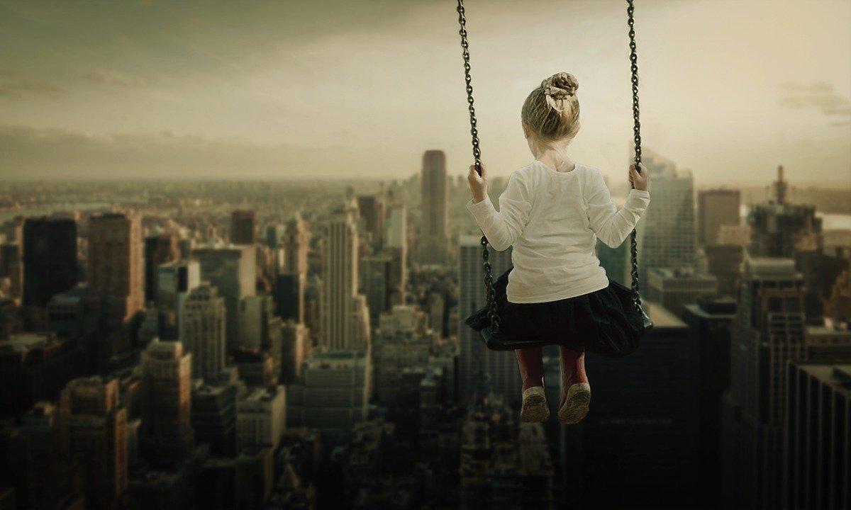 空中ブランコに乗る少女