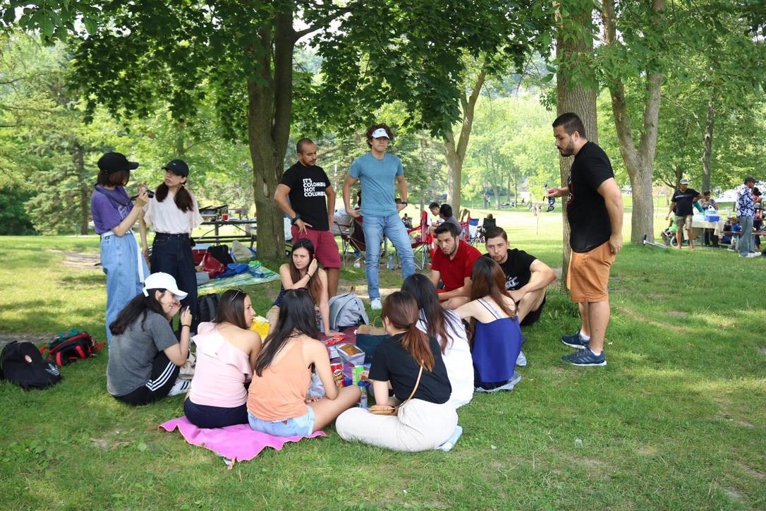 公園で外国人とピクニック