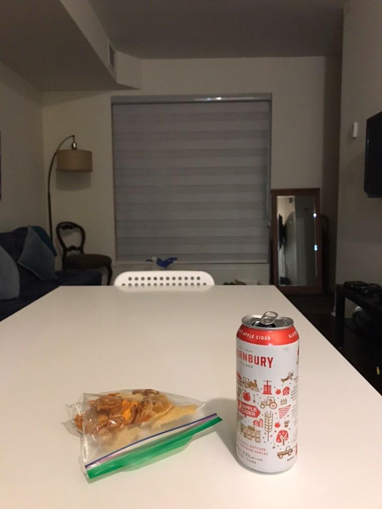 部屋で1人お酒を飲む