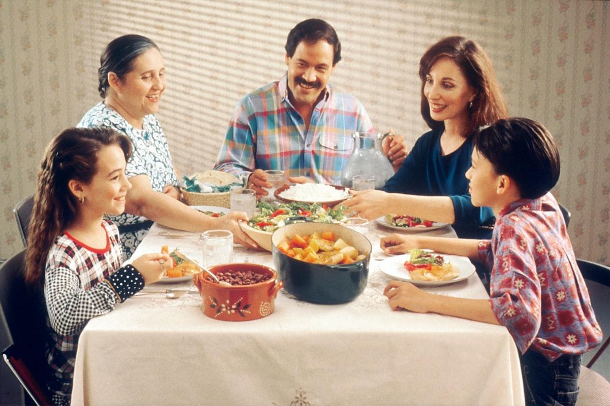 家族で食事をしている