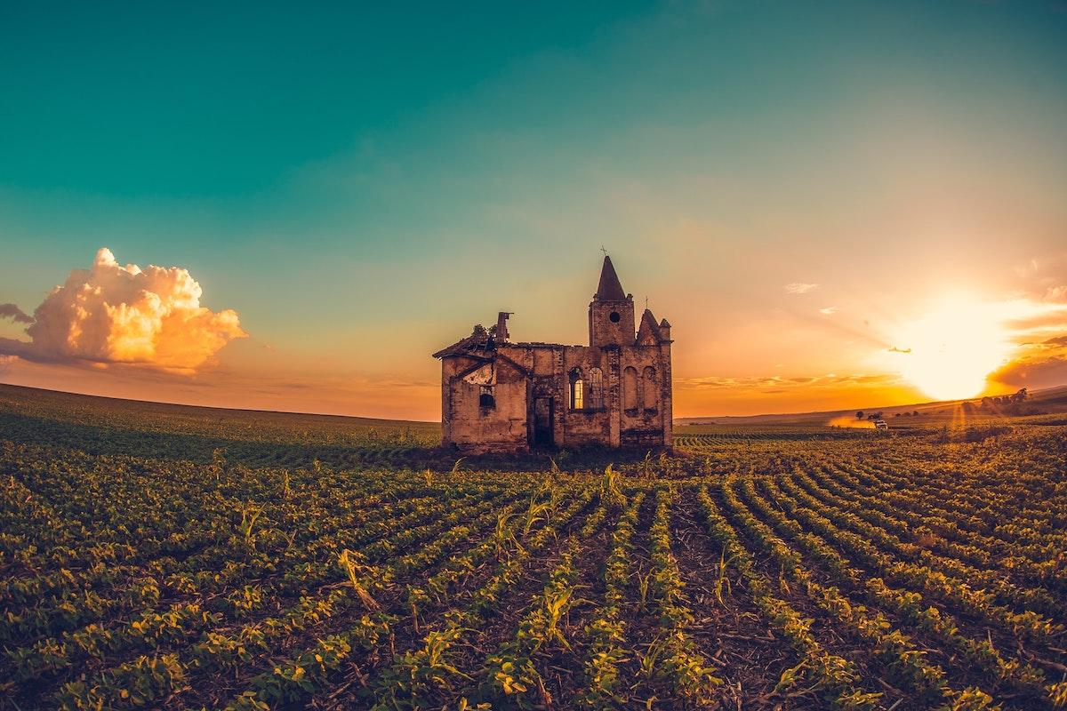 田舎に一軒だけ建つ家