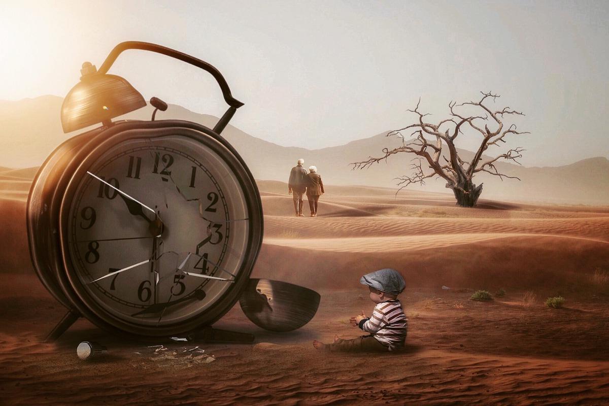 壊れた時計を眺める少年