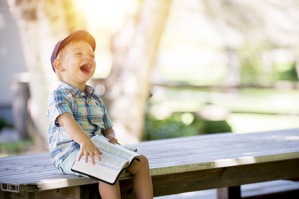 本を読んで笑っている子ども