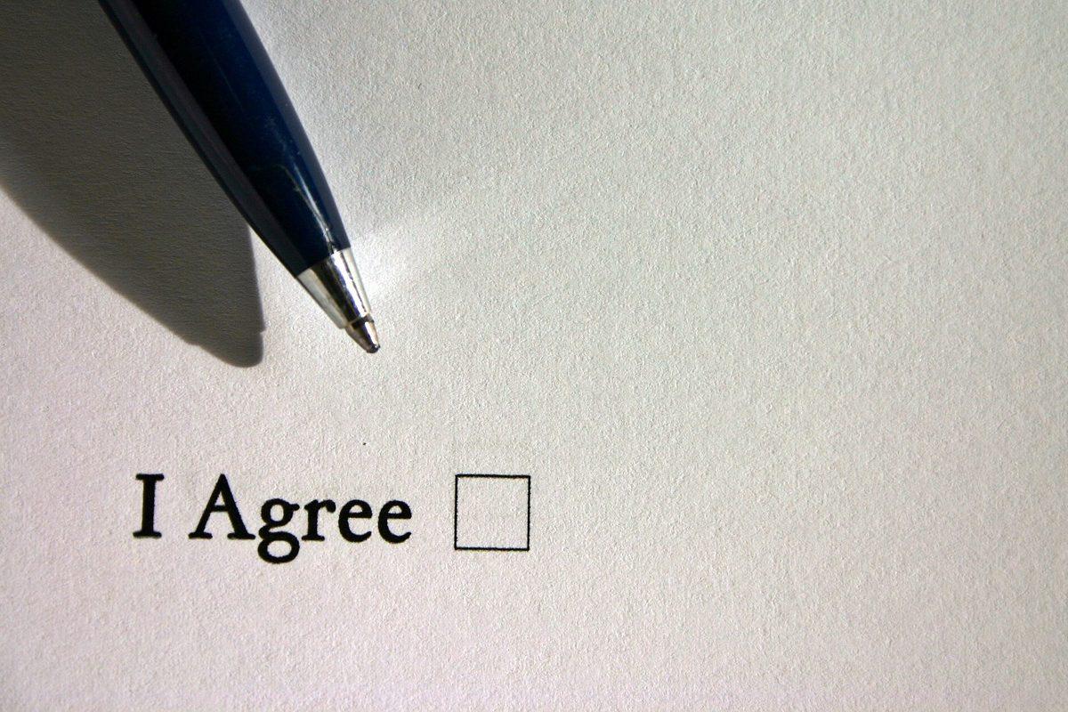 契約書類とペン