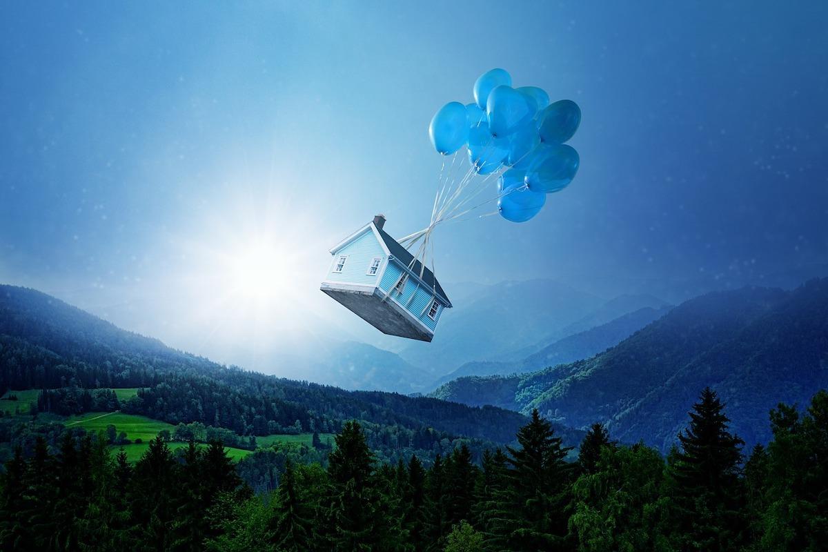 風船で飛んでいる家
