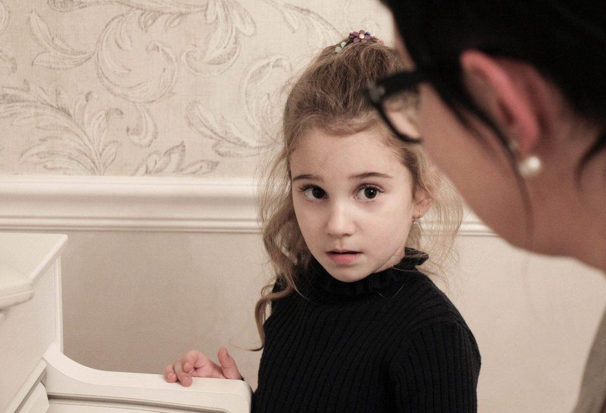 先生に質問する女の子