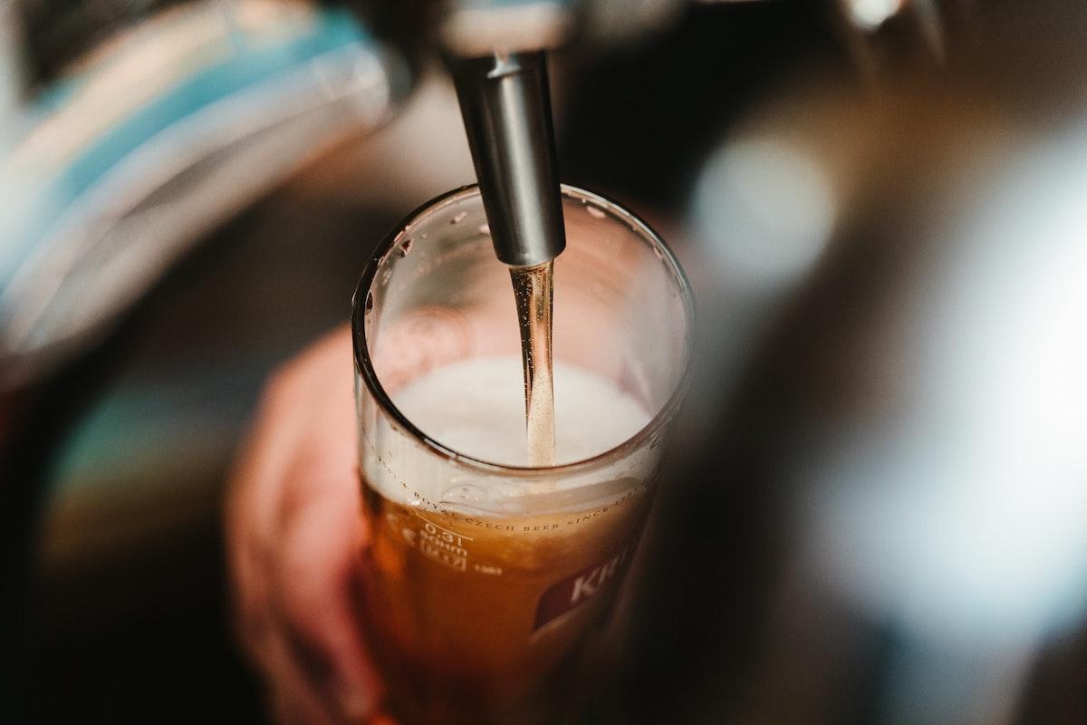 ビールをグラスに注ぐ
