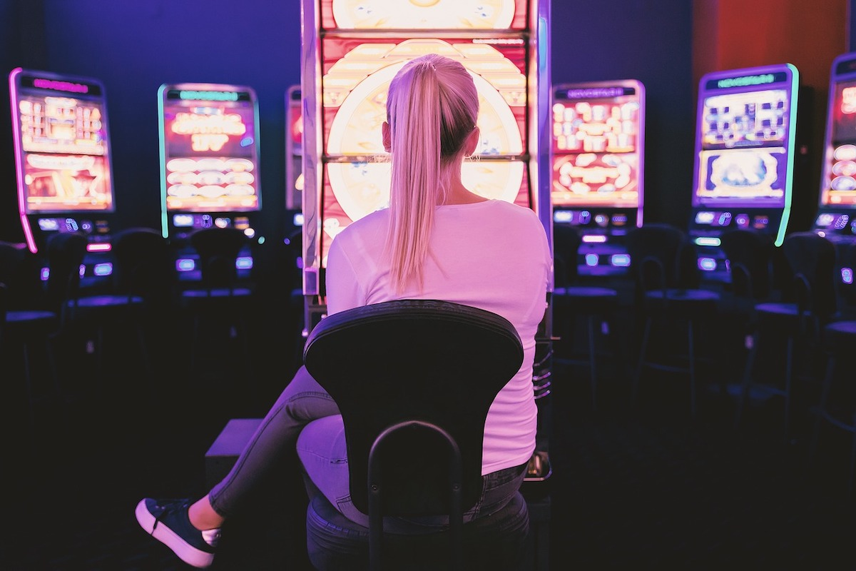 パチンコで賭けをする女性