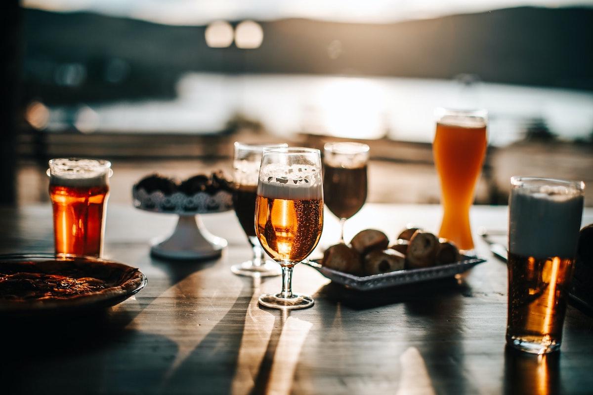 海辺の居酒屋でビール