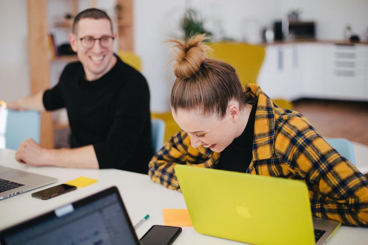 オフィスで笑う女の人と男の人