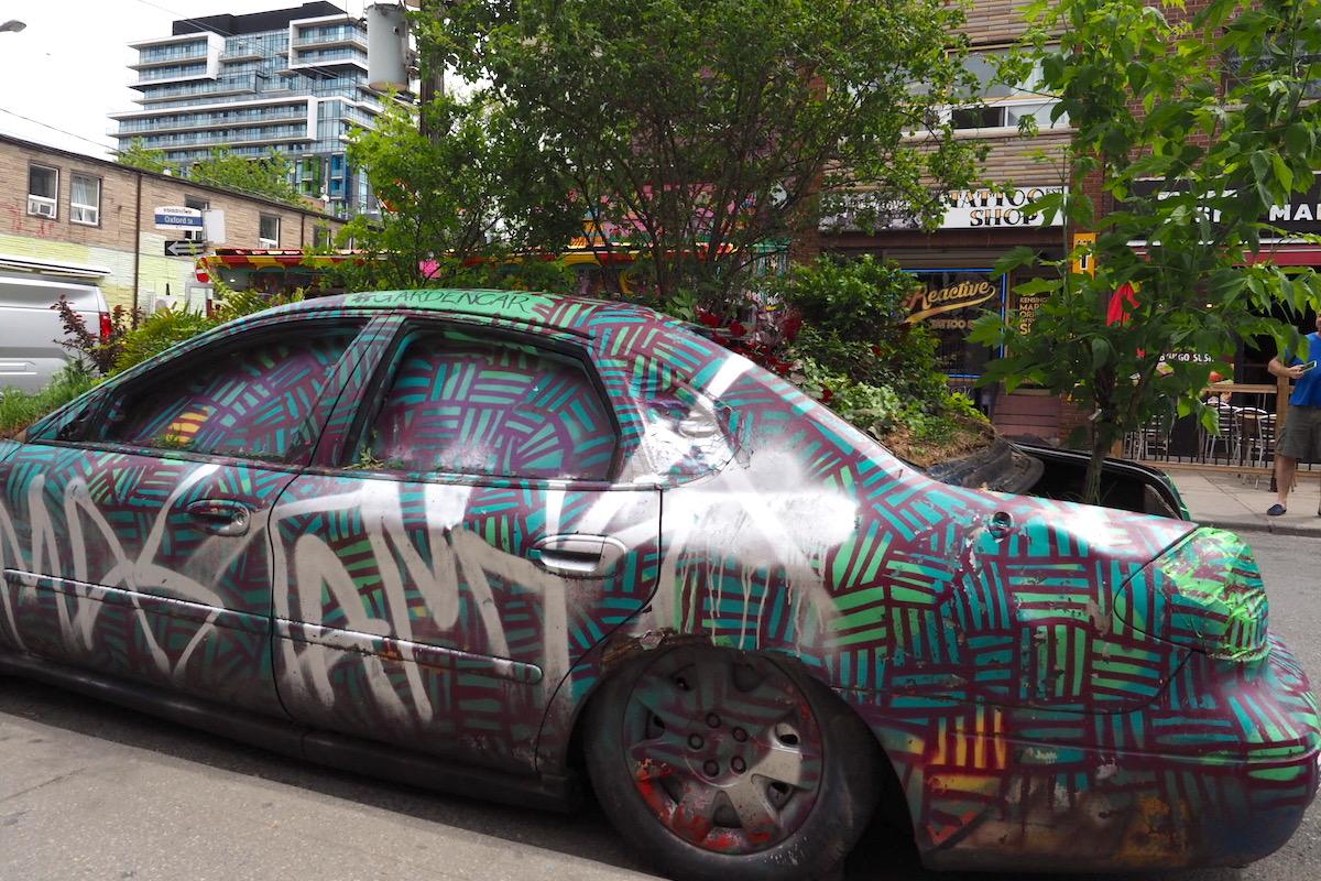 カナダ・トロントのケンジントンマーケットのアート車