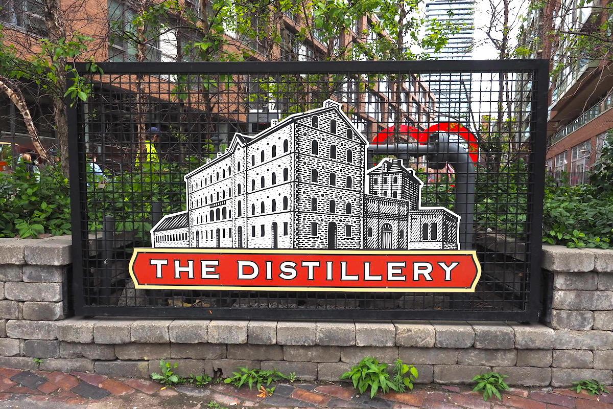 ディスティラリー地区の看板