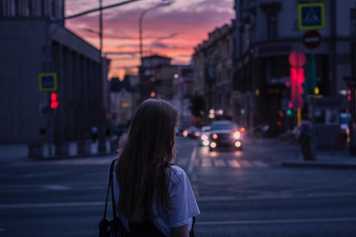 夕方に外でぼーっとしてる女の子