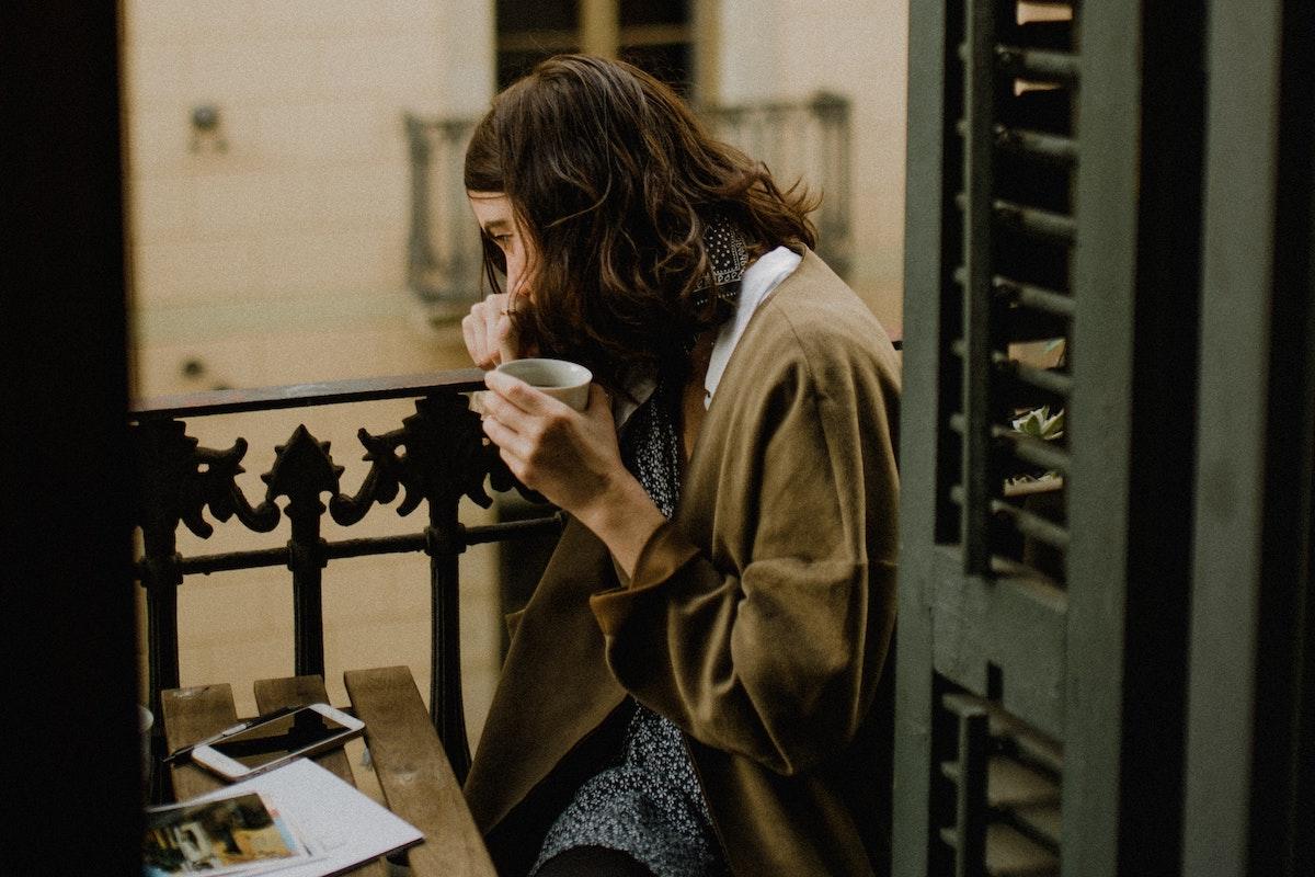 1人でコーヒーを飲みながら考える人