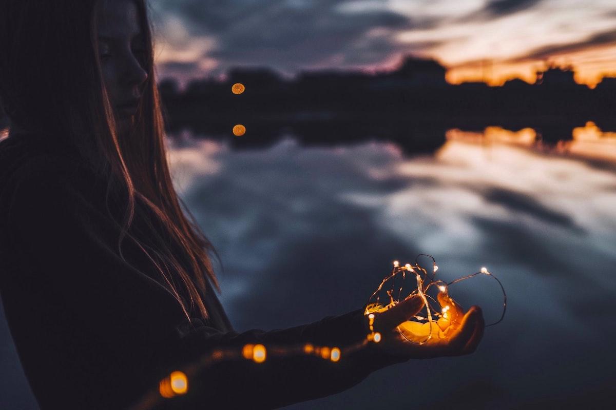 光を見つめる女の子