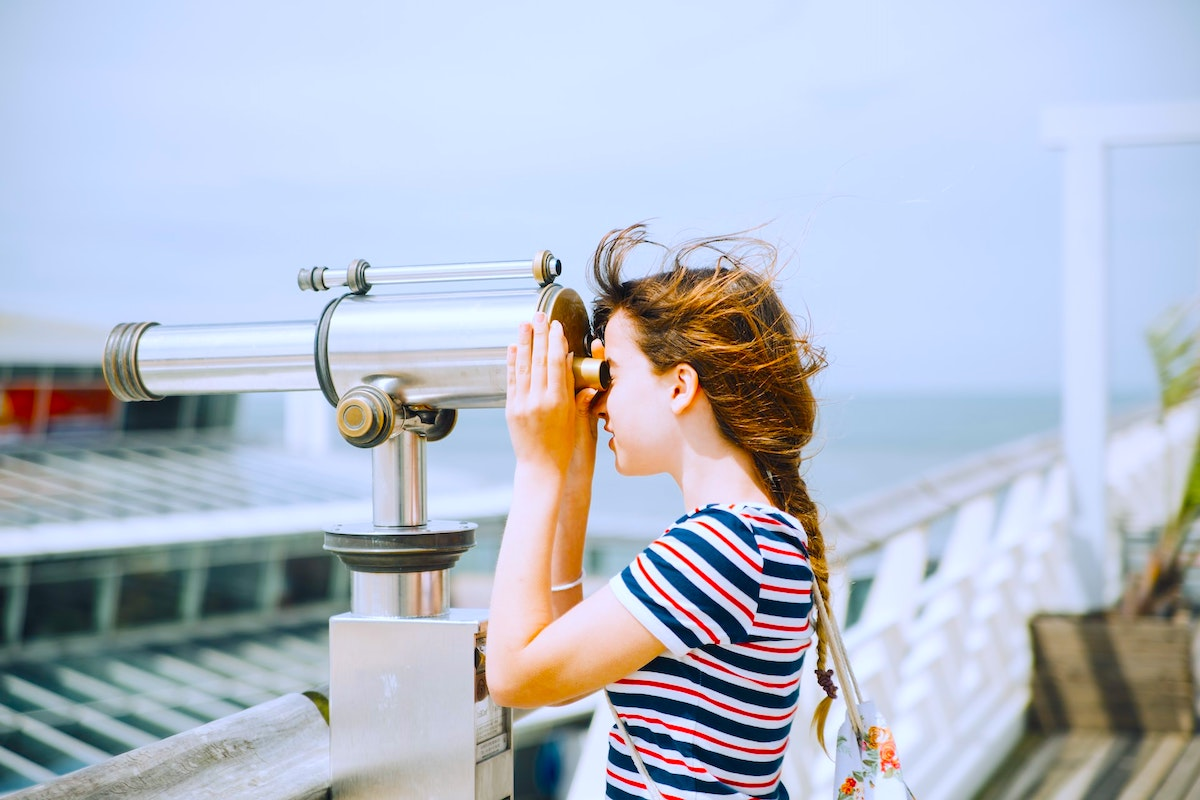 望遠鏡を覗く子ども