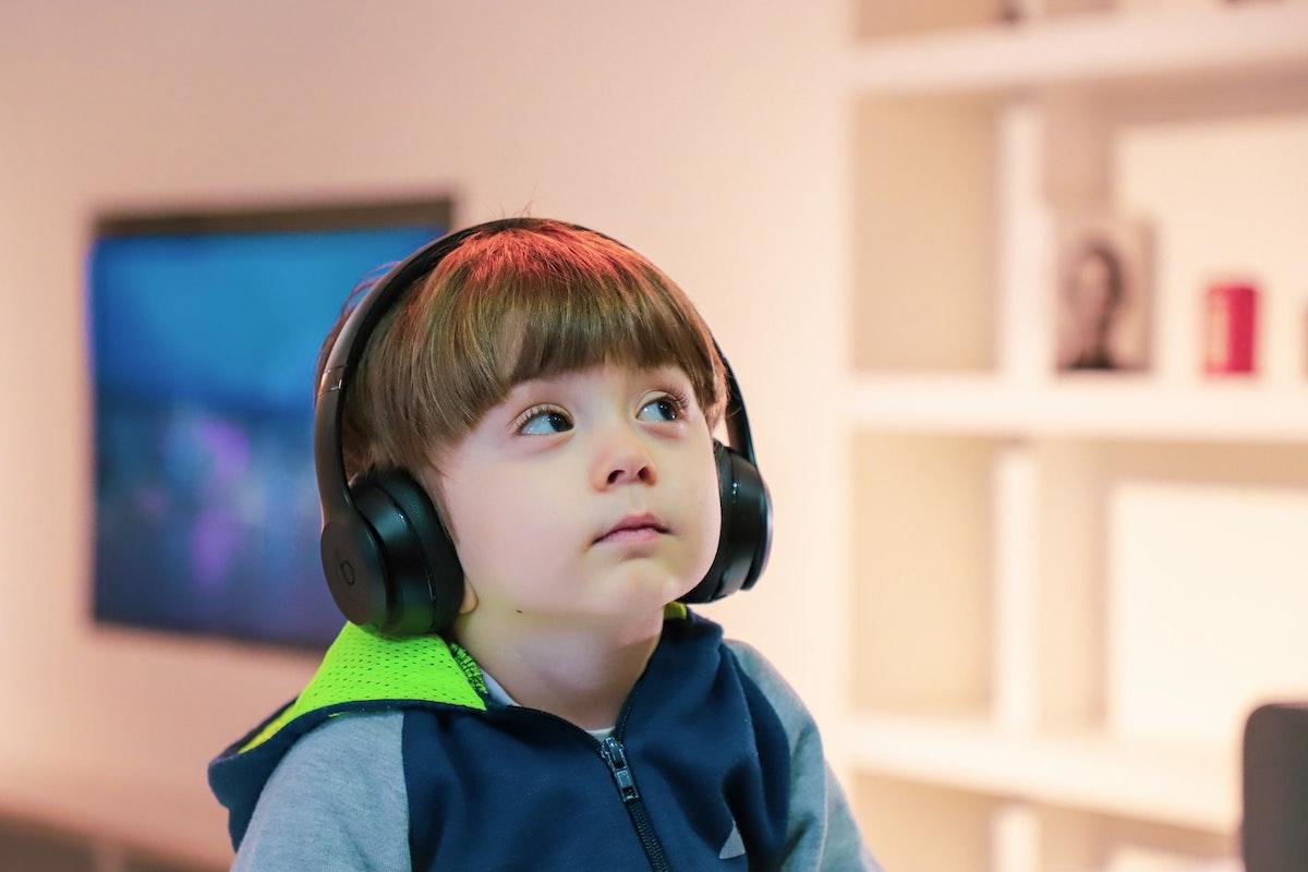 ヘッドホンで音楽を聞く男の子
