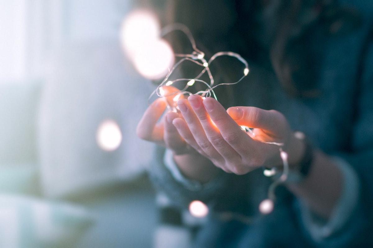 光を持った手