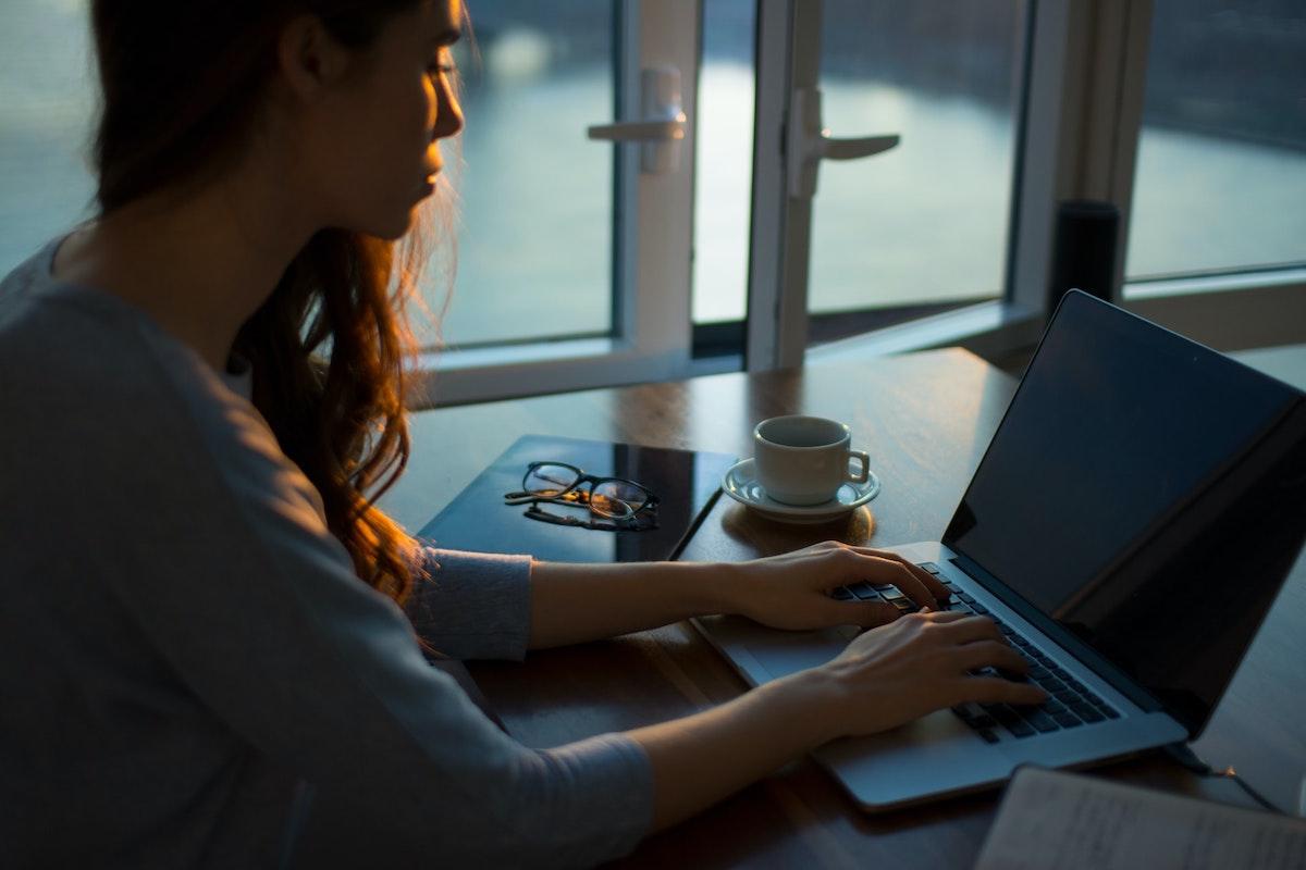 オンラインで作業をする女性