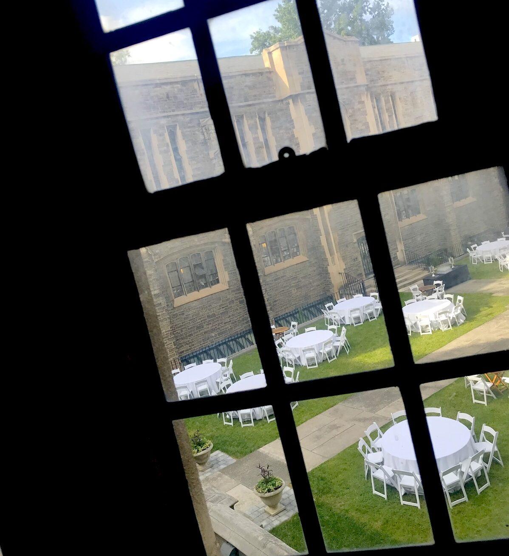 トロント大学のキャンパスでハリーポッターみたいな景色が見える窓