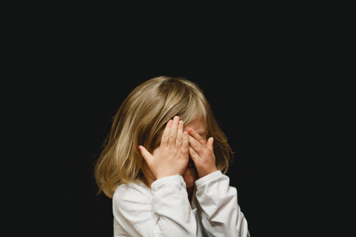 目を隠す少女