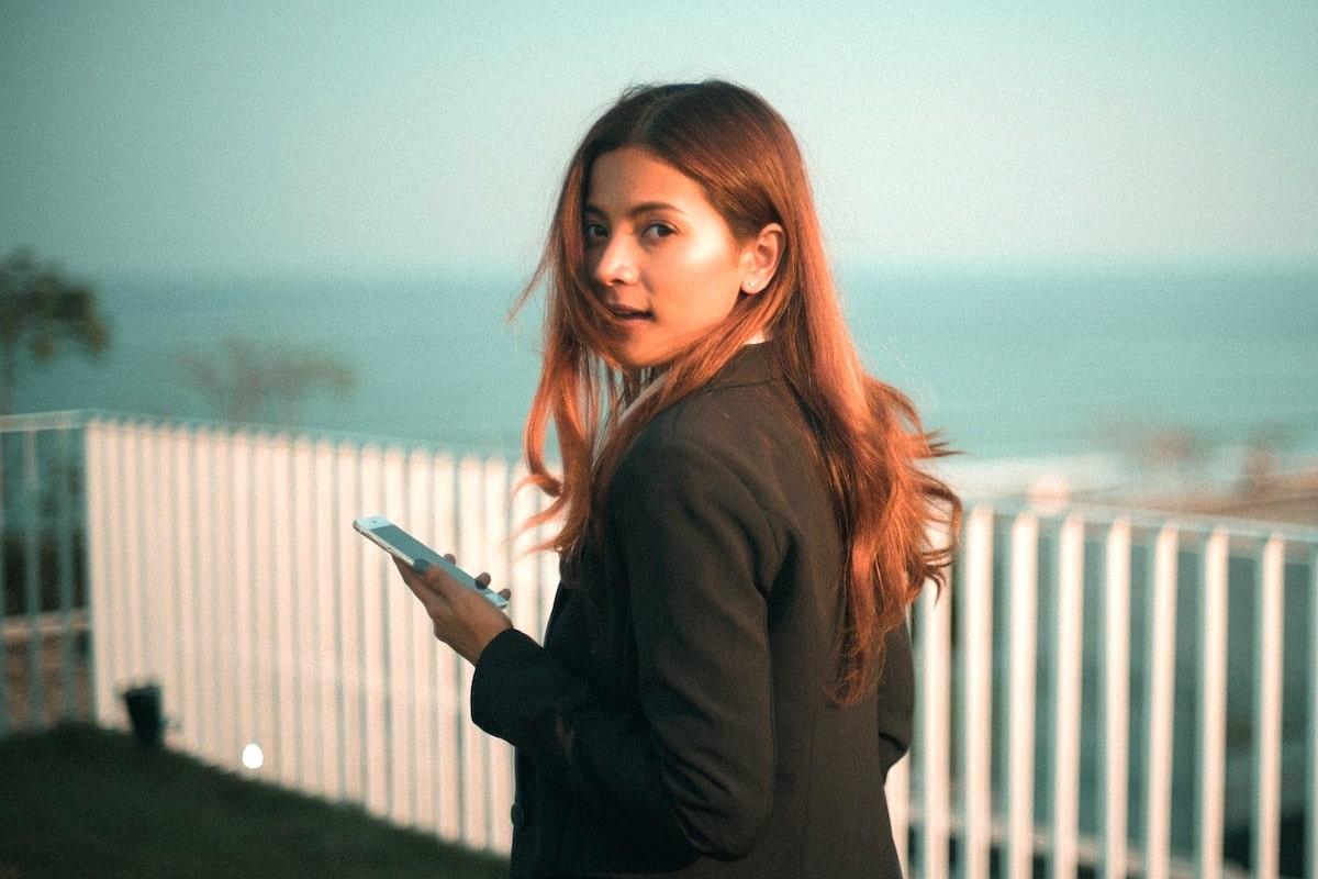 スマホアプリをしている女性