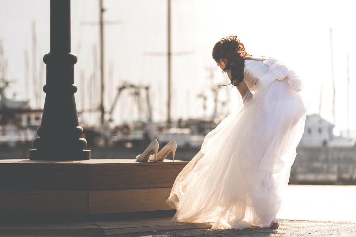 結婚式を飛び出して靴を脱ぎ捨てた花嫁