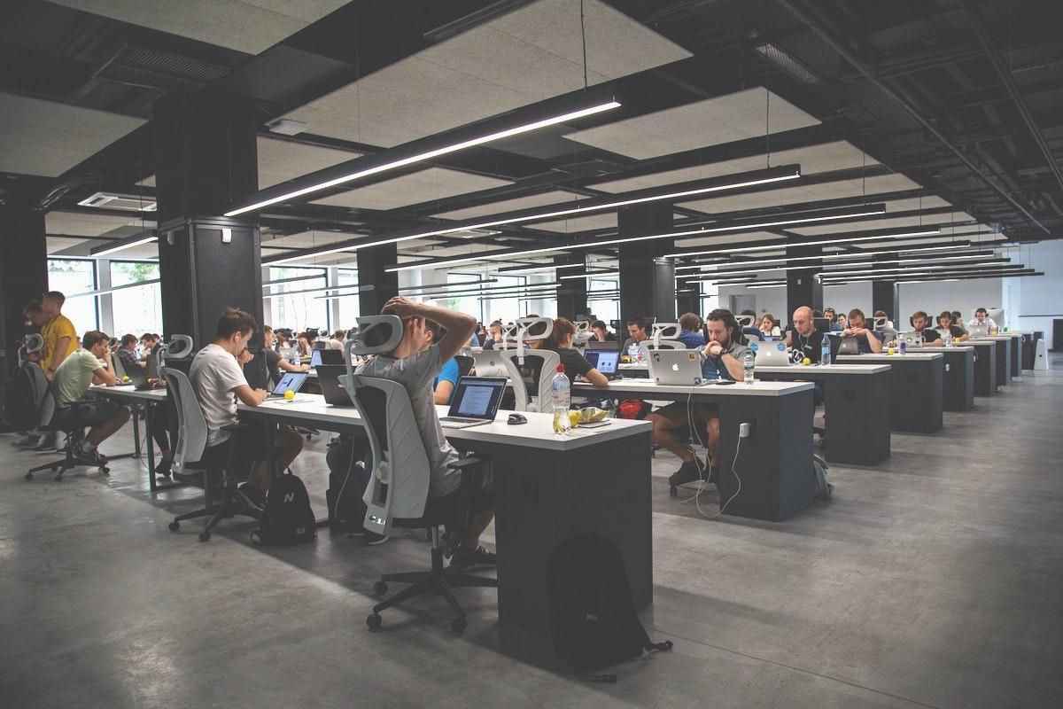 大手企業のオフィスで働く人々