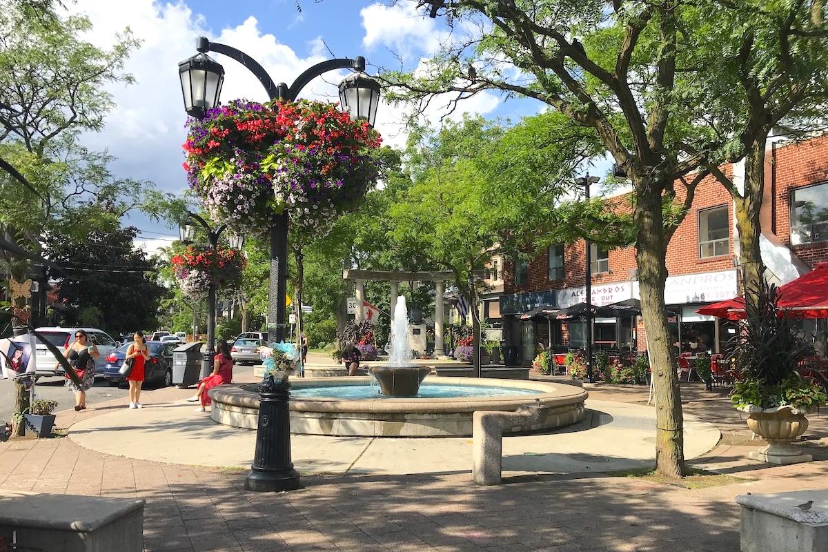 トロントのグリークタウンの噴水広場