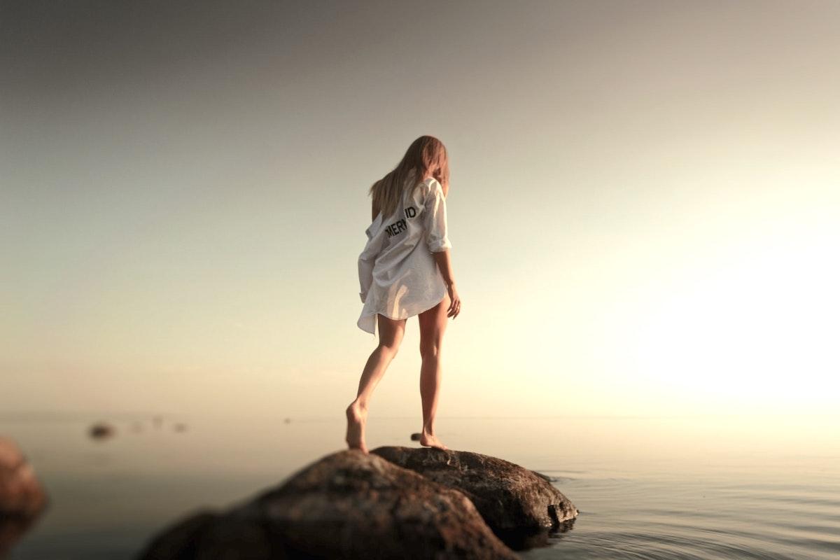 海に飛び込もうとしている女性