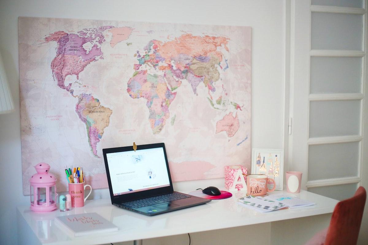 パソコンと地図のある部屋