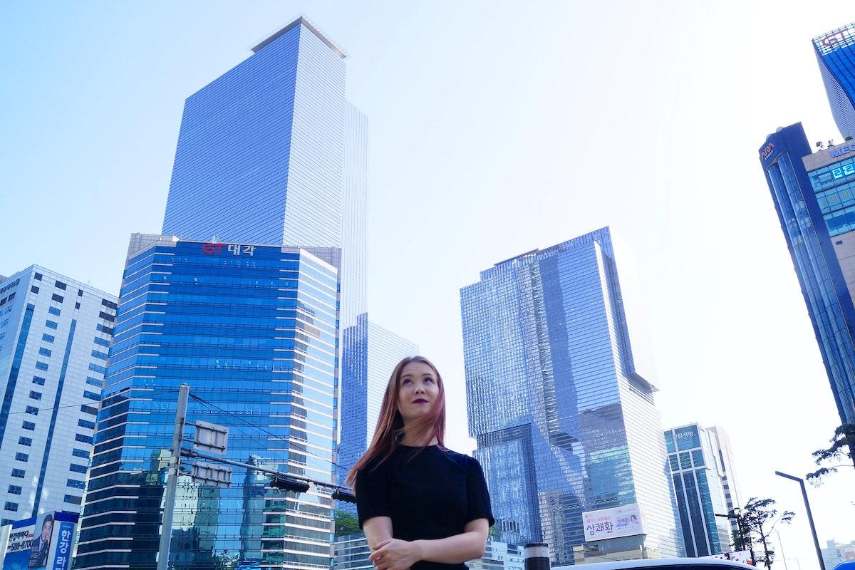 高層ビルを眺める女性