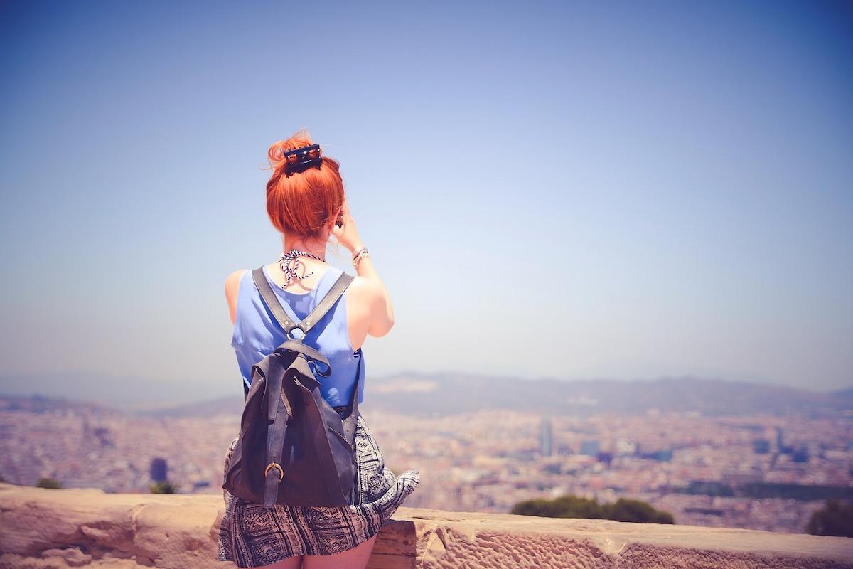 景色を見つめる女の子