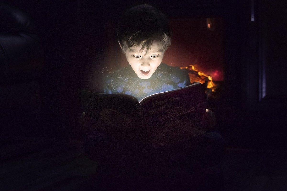 夜に本を読む男の子