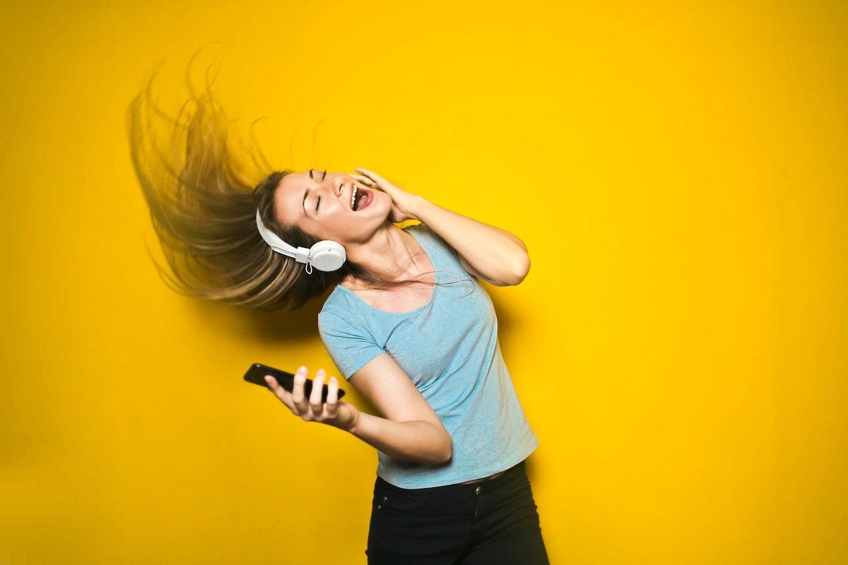 音楽を聞いて楽しんでいる人
