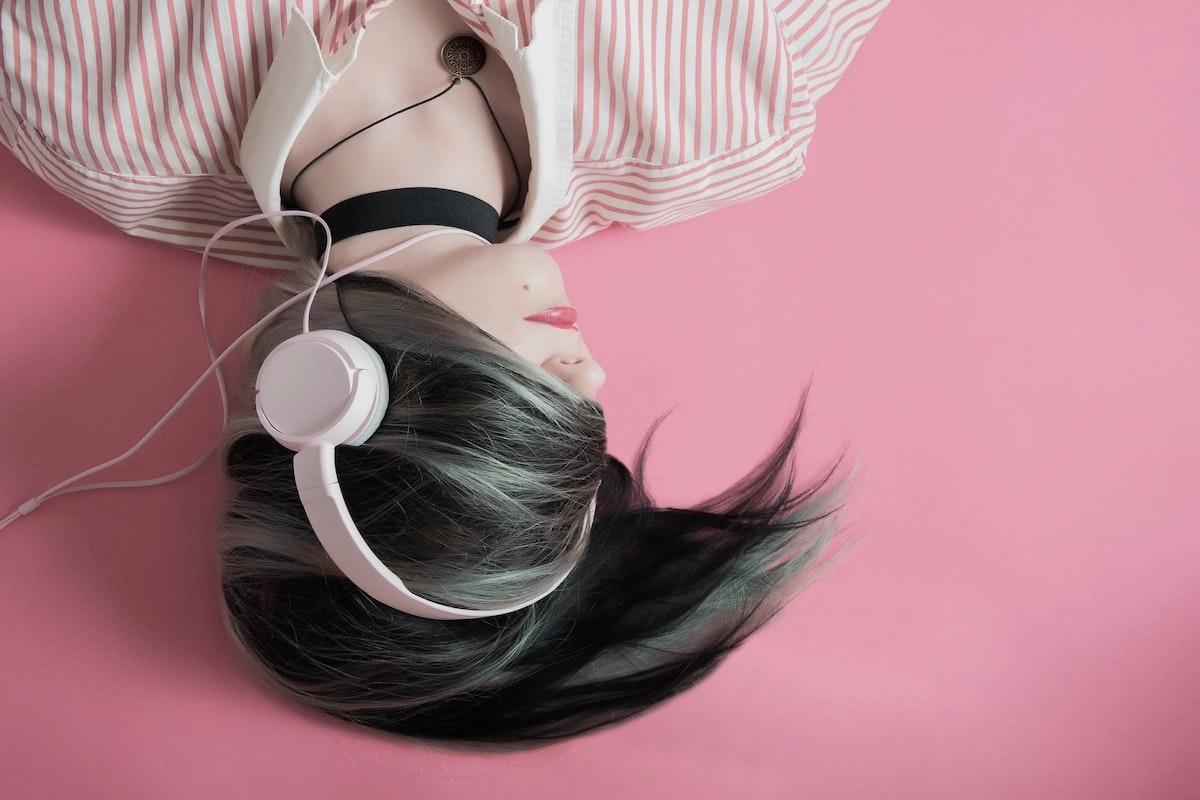 音楽を聴きながら眠っている人