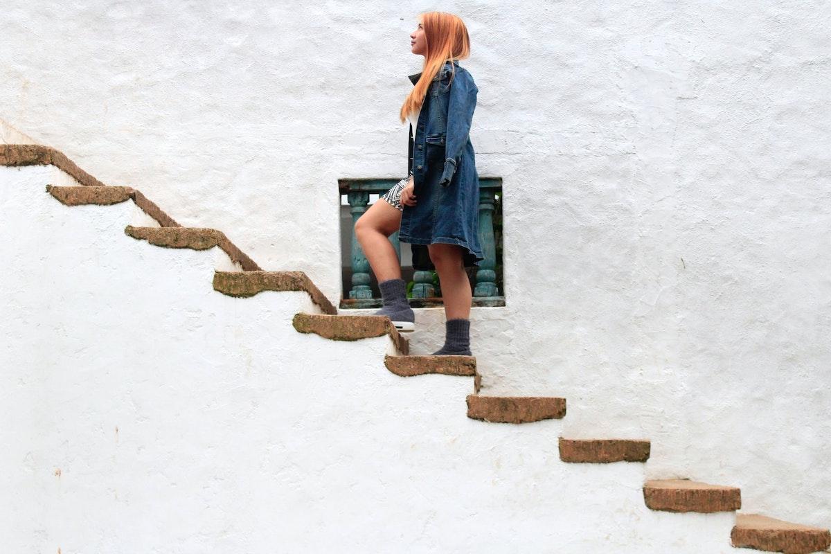 階段を登上る少女